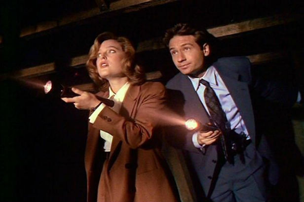 Scully and Mulder in The X-Files episode 'Squeeze'