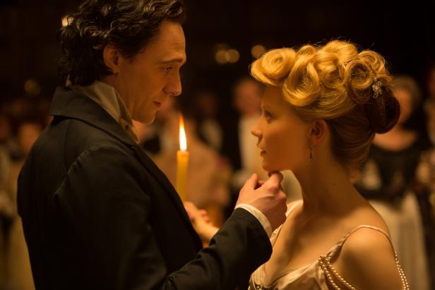 Sir Thomas (Tom Hiddleston) bewitches Edith Cushing (Mia Wasikowska)