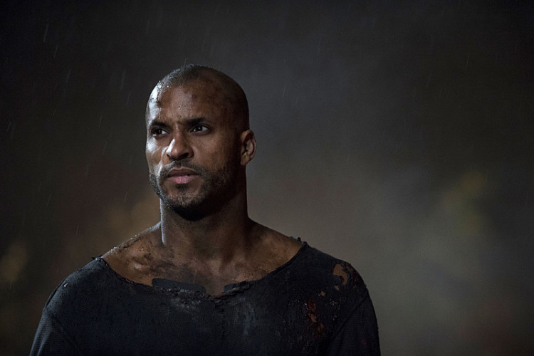 """The 100 -- """"Resurrection"""" -- Image: HU213B_0422 -- Pictured: Ricky Whittle as Lincoln -- Photo: Cate Cameron/The CW -- © 2015 The CW Network, LLC. All Rights Reserved"""
