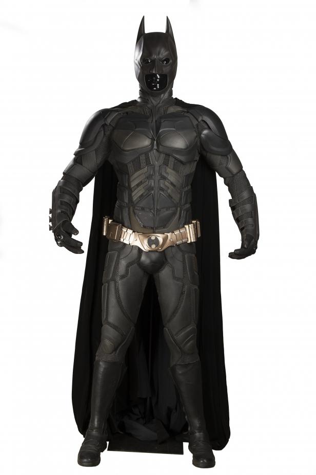 66943_batmans-christian-bale-batsuit-and-cowl-1