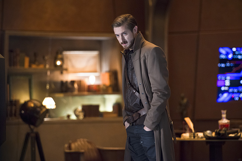 "DC's Legends of Tomorrow -- ""Pilot, Part 2"" -- Image LGN102_20151006-0298b.jpg -- Pictured: Arthur Darvill as Rip Hunter -- Photo: Diyah Perah/The CW -- © 2015 The CW Network, LLC. All Rights Reserved."