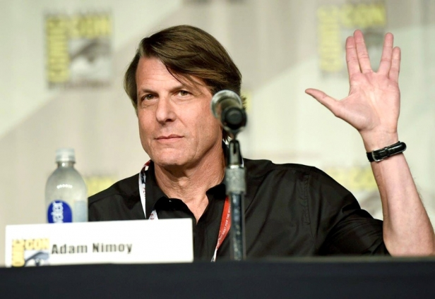 Adam Nimoy flashes the vulcan salute to fans at Comic Con San Diego 2015 (Photo by Chris Pizzello/Invision/AP)